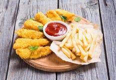Tiras y patatas fritas del pollo Imagen de archivo libre de regalías