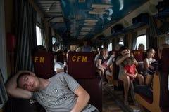 TIRASPOL, TRANSNITRIA ΜΟΛΔΑΒΊΑ - 13 ΑΥΓΟΎΣΤΟΥ 2016: Ύπνος νεαρών άνδρων σε ένα επιβατικό αυτοκίνητο της chisinau-Οδησσός στοκ εικόνα