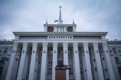 TIRASPOL, TRANSNITRIA - 12. AUGUST 2016: Statue von Lenin vor Haus von Sowjets in Tiraspol, Hauptstadt von Transnistrien Stockfotografie
