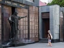 TIRASPOL, TRANSNITRIA - 12 AUGUSTUS, 2016: Oude vrouw en haar kleindochter die voor een monument rouwen Stock Afbeeldingen