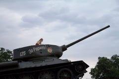 TIRASPOL, TRANSNITRIA MOLDAVIË - 12 AUGUSTUS, 2016: Meisje het spelen op het Tankmonument wordt opgericht om 1992 Transn te herde Stock Afbeelding