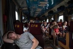 TIRASPOL, TRANSNITRIA MOLDOVA - 13 DE AGOSTO DE 2016: Homem novo que dorme em um automóvel de passageiros do Chisinau-Odessa Imagem de Stock
