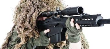 Tiratore franco dell'esercito che indossa un vestito del ghillie Immagini Stock