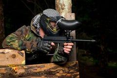 Tiratore franco di paintball pronto per sparare Immagini Stock Libere da Diritti