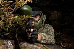 Tiratore franco di paintball pronto per sparare Fotografie Stock Libere da Diritti