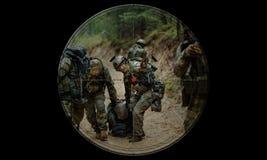 Tiratore franco durante il salvataggio dell'ostaggio di operazione di notte vista attraverso il Ni Fotografie Stock