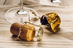 Tire-bouchon, liège et verres Photographie stock