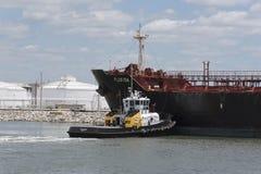 Tire de empujar una nave de petrolero sobre un muelle Foto de archivo