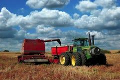 Tire de la cosechadora que vacia la cosecha Fotografía de archivo libre de regalías