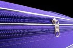 Tire de la etiqueta y de la cadena de una cremallera en Violet Suitcase Fotografía de archivo libre de regalías