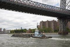 Tire de trabajo con la gabarra en East River Nueva York los E.E.U.U. Foto de archivo libre de regalías