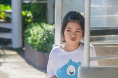 Tire la pequeña localización linda asiática de la muchacha en coche del goft y el pensamiento algo foto de archivo libre de regalías