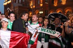 Tire las noticias para la televisi?n mexicana, sea retransmisi?n en directo en la TV con las fans en el mundial en Mosc? imagen de archivo libre de regalías