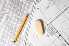 Tire um diagrama, um lápis e um eliminador no esquema fotografia de stock royalty free