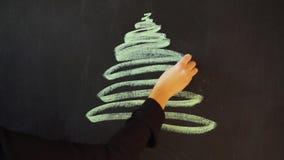 Tire uma árvore de Natal com giz em uma ardósia Molde da bandeira do cartaz do cartão do ano novo vídeos de arquivo