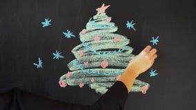 Tire uma árvore de Natal com giz em uma ardósia Molde da bandeira do cartaz do cartão do ano novo video estoque