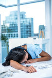Tired businesswoman sleeping at her desk Royalty Free Stock Photos