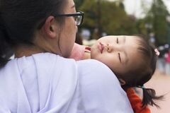 Free Tired Daughter Sleeping On Mom`s Shoulder Royalty Free Stock Photos - 217625158
