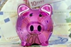 Tirelire avec d'euro billets de banque Photos libres de droits