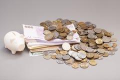 Tirelire avec des billets de banque et des pièces de monnaie Photographie stock libre de droits
