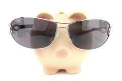 Tirelire avec des lunettes de soleil Photo libre de droits