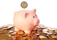 Tirelire avec la pièce de monnaie de l'euro 2 dans un secteur d'euro pièces de monnaie Images stock