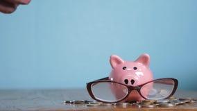 Tirelire avec le concept de financier de comptable en verre Argent croissant d'étape de pile de pile d'argent et tirelire Concept banque de vidéos