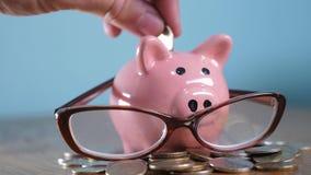 Tirelire avec le concept de financier de comptable en verre Argent croissant d'étape de pile de pile d'argent et tirelire Concept clips vidéos