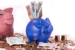 tirelire bourrée de l'euro argent comptant d'argent Images stock