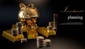 Tirelire d'or et pièces de monnaie empilées Photographie stock libre de droits