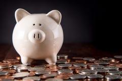 Tirelire et pièces de monnaie photo libre de droits