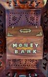 Tirelire fabriquée à la main en bois pour rassembler l'argent photo libre de droits