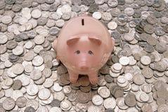 Tirelire rose avec des pièces de monnaie Image stock