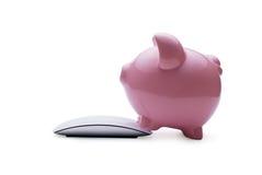 Tirelire rose investissant dans l'épargne en ligne Images stock