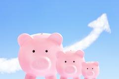 Tirelires roses avec la flèche de ciel et de nuage Image libre de droits