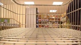 Tiret de chariot à supermarché banque de vidéos