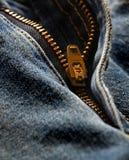 Tirette de denim sur de vieux jeans Images libres de droits