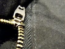 Tirette en métal sur des pantalons photographie stock