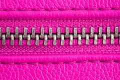 Tirette en métal sur la fin pourpre rose intense de détail de veste en cuir ou de bourse vers le haut du macro La tirette est étr photographie stock