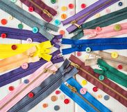 Tirettes et boutons colorés sur la table en bois blanche Type rustique couture images libres de droits