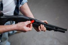 Tireur d'élite qualifié professionnel chargeant son arme à feu Image libre de droits