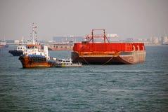 Tirez avec effort et barge dedans l'ancrage de Singapour. photo libre de droits