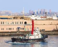 Tirez le bateau avec effort dans le port province de Dalian, Liaoning, Chine images stock
