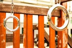Tirez vers le haut le terrain de jeu de barre sur la cour en parc images libres de droits