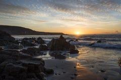 Tiri all'alba con il bello cielo nuvoloso, Cornovaglia, Regno Unito Fotografia Stock Libera da Diritti