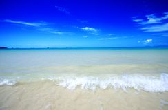Tiri con il cristallo - le acque blu libere del Andama Immagini Stock Libere da Diritti
