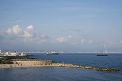 Tiri con la gente sul mar Mediterraneo a Antibes, il francese Ri fotografia stock libera da diritti