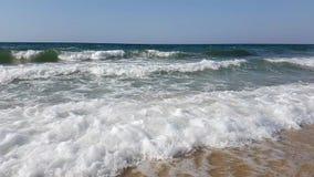 Tiri con le onde che avvolgono sulla riva in mar Mediterraneo stock footage