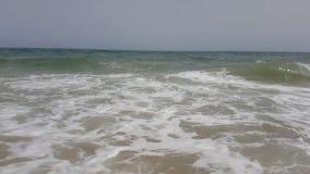 Tiri con le onde che avvolgono sulla riva in mar Mediterraneo video d archivio