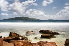 Tiri con le pietre, la vista dell'isola, movimento dell'acqua nell'esposizione lunga immagine stock libera da diritti